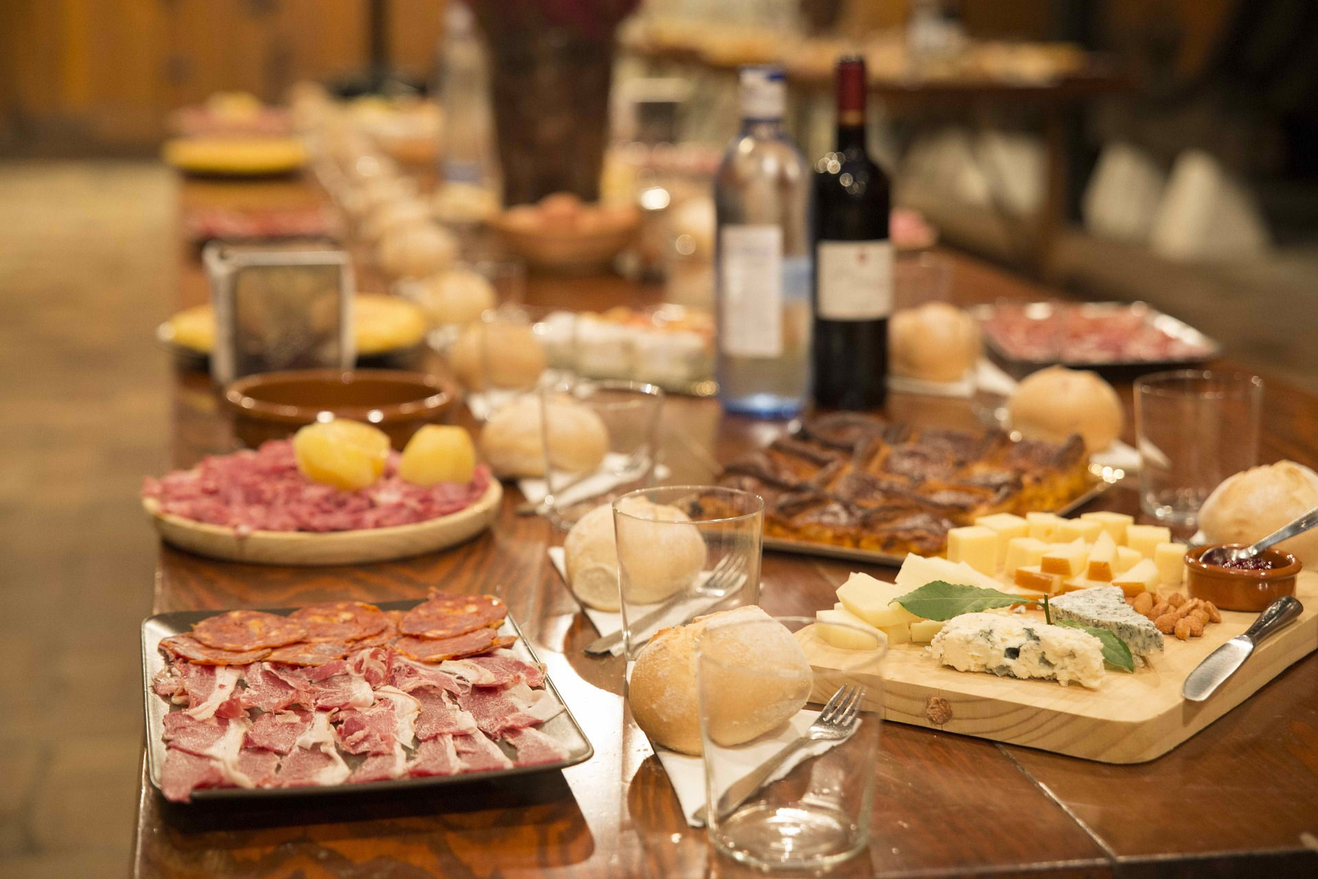 Table avec charcuterie et fromage Easy Party